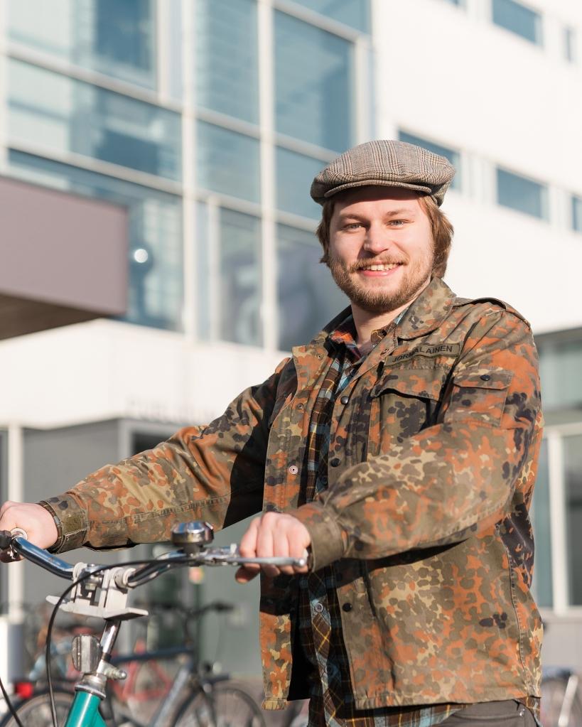 Joonas Jormalainen seisoo pyörän kanssa